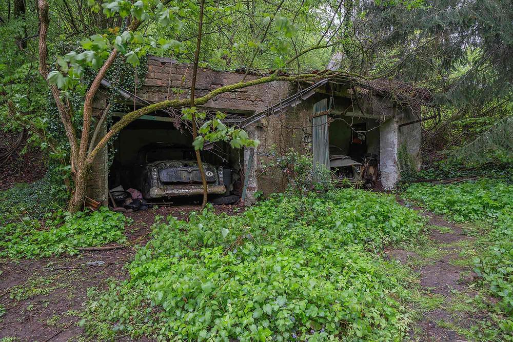 Gamle biler på forladt chokoladefabrik