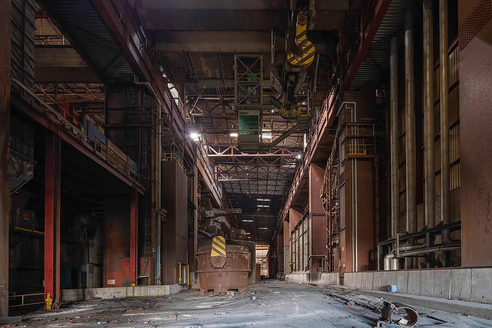 Smelte kar og kran på forladt metal fabrik