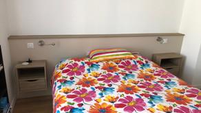 Tête de lit avec chevets intégrés