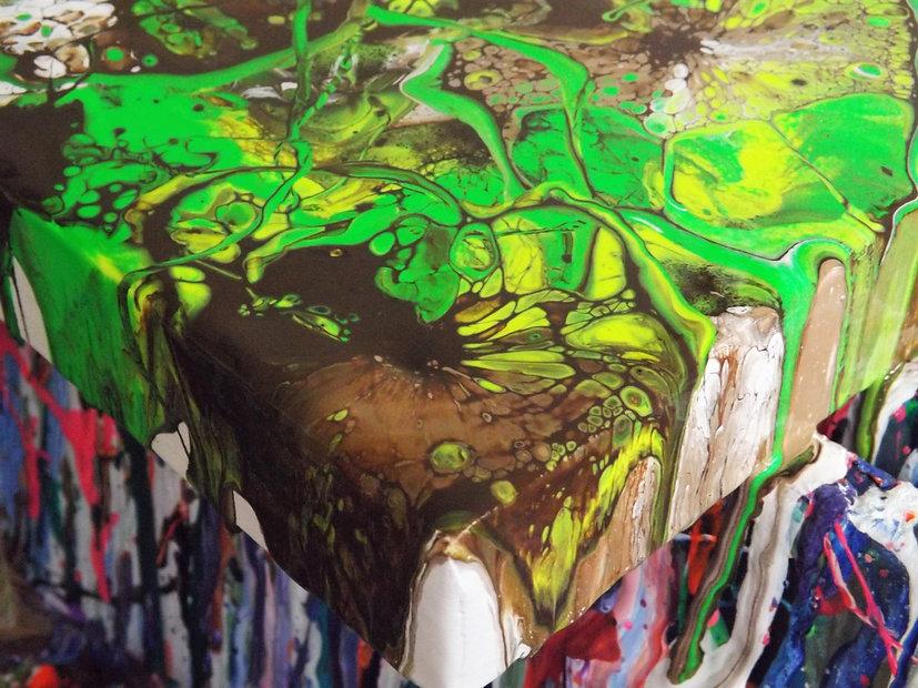 monique_oliver_paint_pouring_uk_artist.j