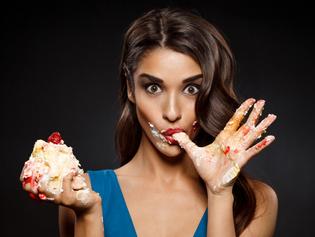 7 sinais de que sua relação com a comida se tornou compulsão alimentar
