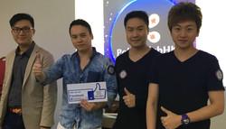 全職撲克手Oscar(左一)和Kit(右)與香港撲克會其中  兩名共同創