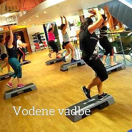 FITCITY Fitnes center Gym Ljubljana | Vodene vadbe v Ljubljani z dobro energijo! Učinkovite, energične in enostavne vodene vadbe, kjer skupaj s trenerjem zasledujete želene cilje. Vodene vadbe so primerne za vse starosti in različne stopnje pripravljenosti. Potekajo ob izbrani glasbi, vodijo jih strokovno podkovani inštruktorji, lastna izbira obremenitve omogoča hitro doseganje zastavljenih ciljev! Vodena vadba se mora ujemati z vašo osebnostjo in cilji. Izberite vodeno vadbo, ki vam ustreza!