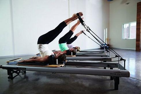 FITCITY Fitnes center v mestu | Gym & Spinning® Ljubljana| PILATES zahteva tako miselni kot fizični pristop k vadbi. Filozofija pilatesa vključuje čudovito kombinacijo telesne ozaveščenosti, dihanja in tekočega, nadzorovanega gibanja.
