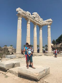 На развалинах храма Святого Апполона.