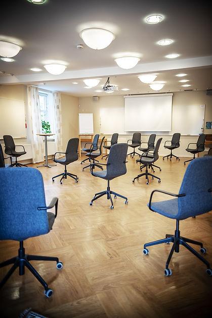Trygg konferenssittning i tider av Corona i stora konferensen i Milgården Villan. Ringar utan bord. Sittning.