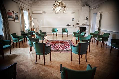 Trygg konferenssittning i tider av Corona i stora konferensen i Milgården Borgen. Ringar utan bord sittning.