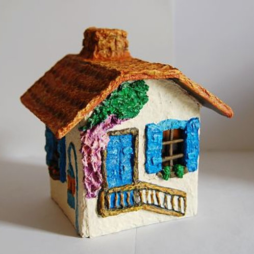 Casita con ventanas azules