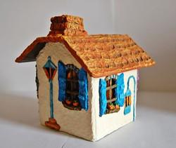 Casita ventanas azules vista dorsal