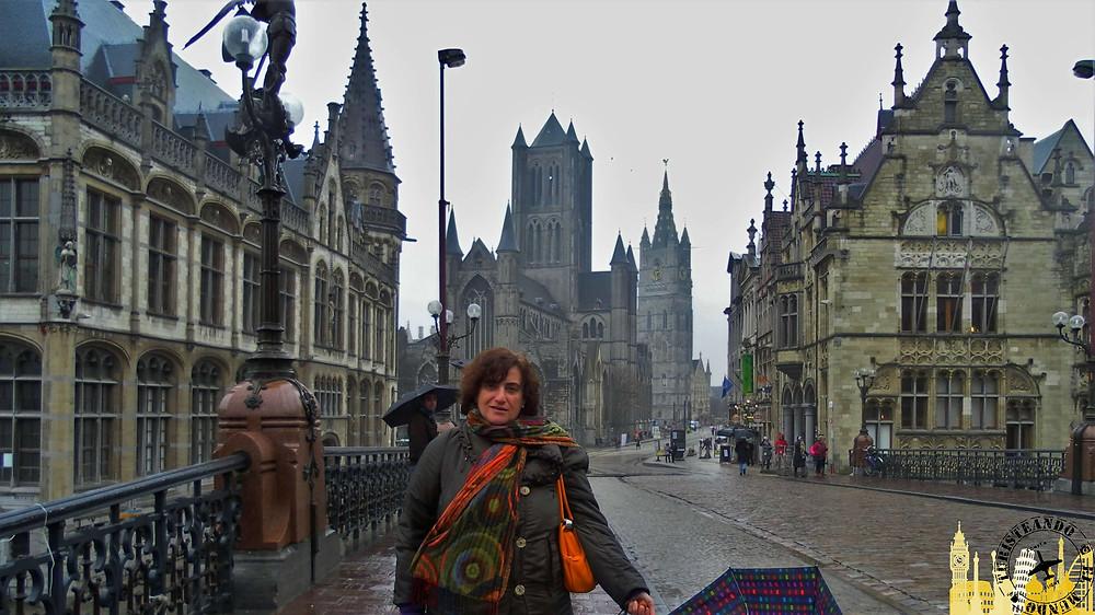 Puente de San Miguel con Iglesia de San Nicolás al fondo. Gante (Bélgica)