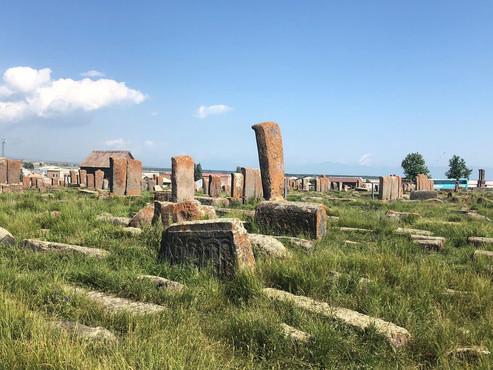 Cruces en Noratus (Unesco), el Lago Sevan:  monasterios de Hayravank y Srvanavank. Armenia