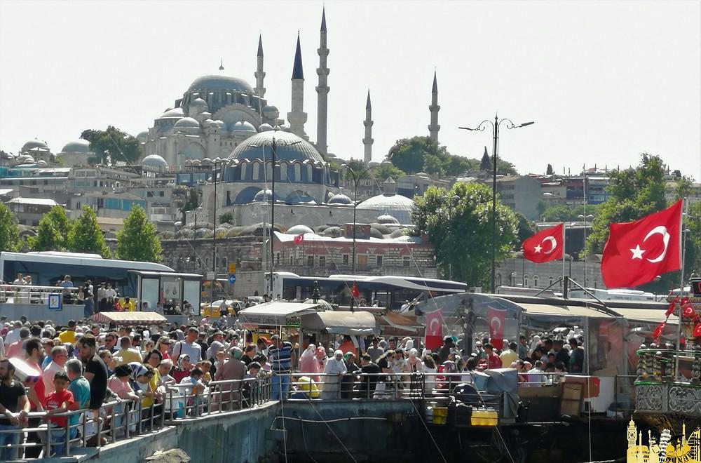 Puerto de Eminonu en Estambul, Turquía