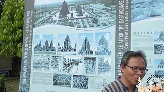 Nonen a la entrada del recinto Prambanan