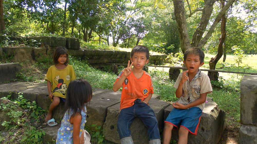 Niños en la entrada a BENG MEALEA