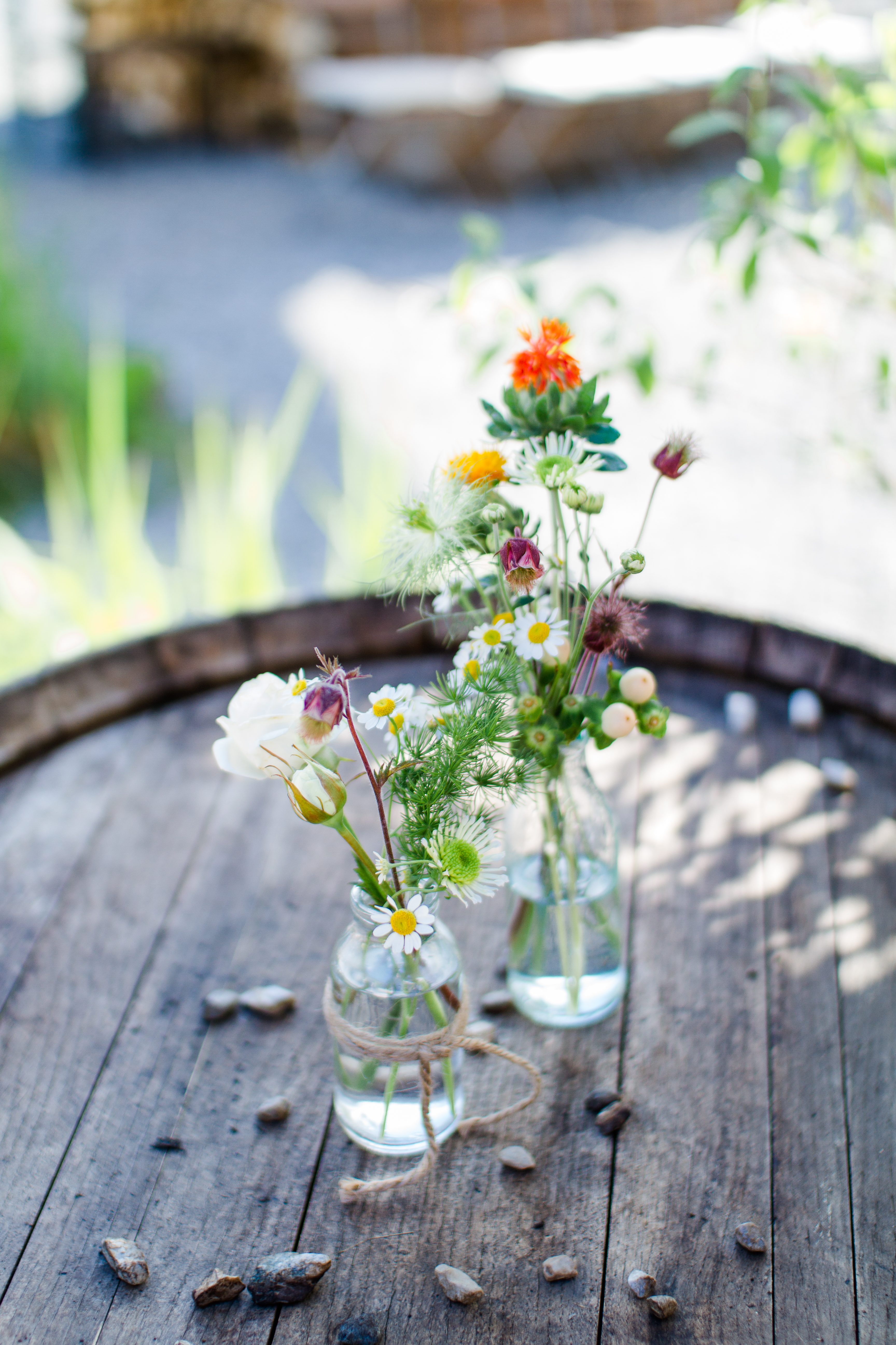 Blumendeko bei DIY Hochzeit