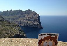 Knietzsche Postkarte auf einem Felsen am Ozean