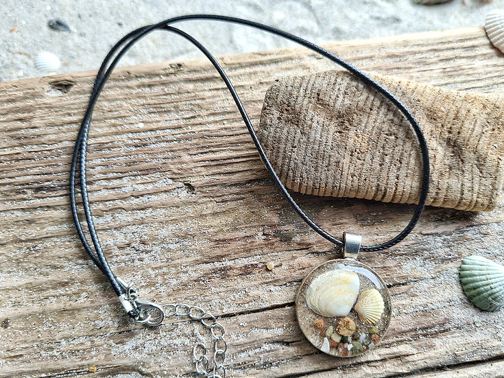 Muschelduo aus Sand an Lederkette
