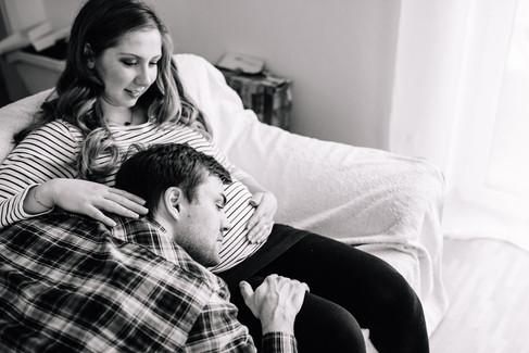 Babybauch_Paarshooting_Homeshooting-Schwangerschaft-emotional-authentisch-Münster-Momentonia