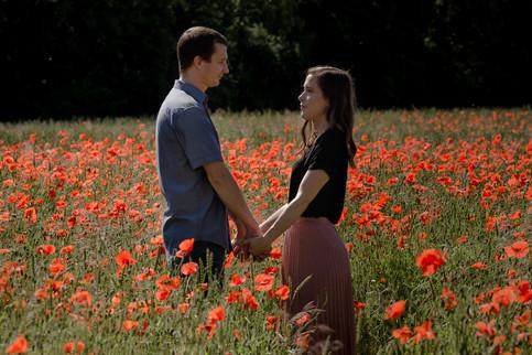 Paarshooting-Verlobungsshooting-motional-authentisch-Münster-Mohnfeld-Aussieliebe-Momentonia