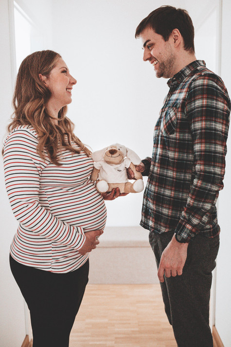 Babybauch_Paarshooting_Homeshooting-Schwangerschaft-emotional-authentisch-Münster-Momentonia