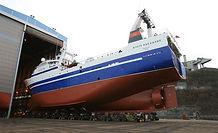 Bilde av båt utenfor skipsreparasjonshallen