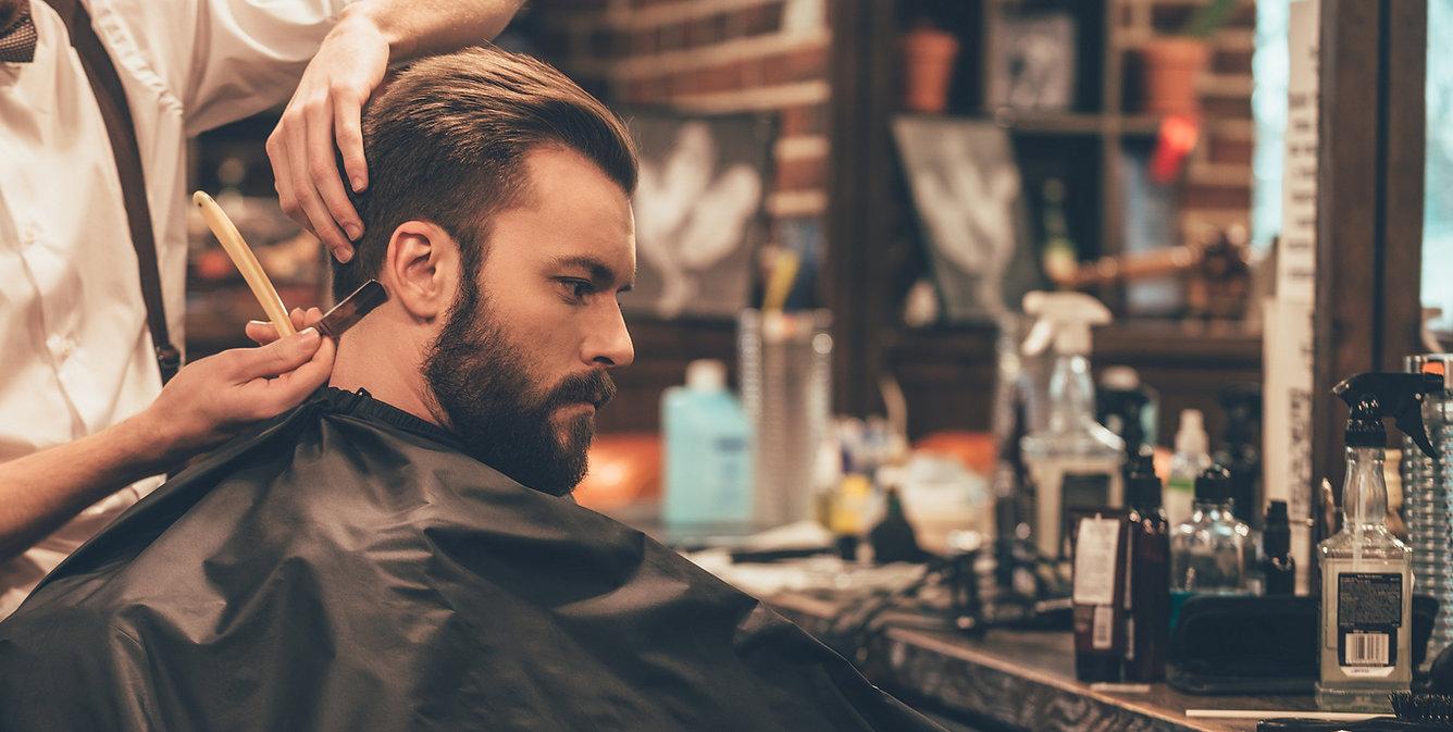 Homem que começ um corte de cabelo