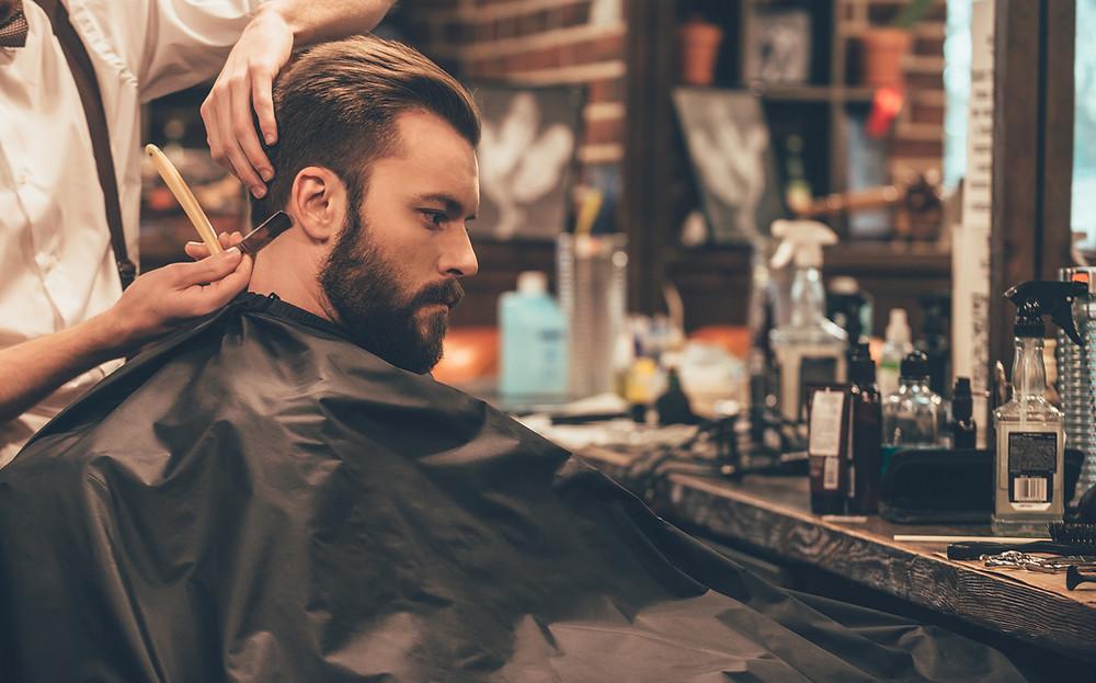 Mann beim Frisör