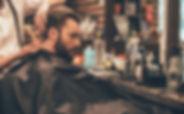 Hombre que consigue un corte de pelo