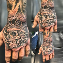 #blackandgrey #blackandgreytattoo #skull #crown #hand #handtattoo #handbanger _steeltattoo2014 _spen