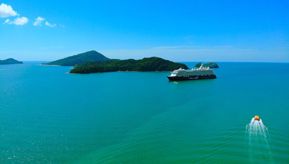 Mein Schiff 3 auf Reede vor Langkawi