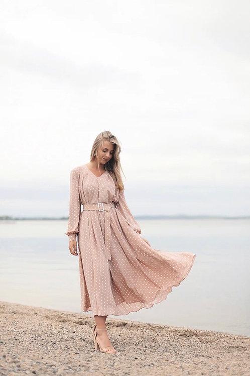 Платье в горох с поясом с пряжкой
