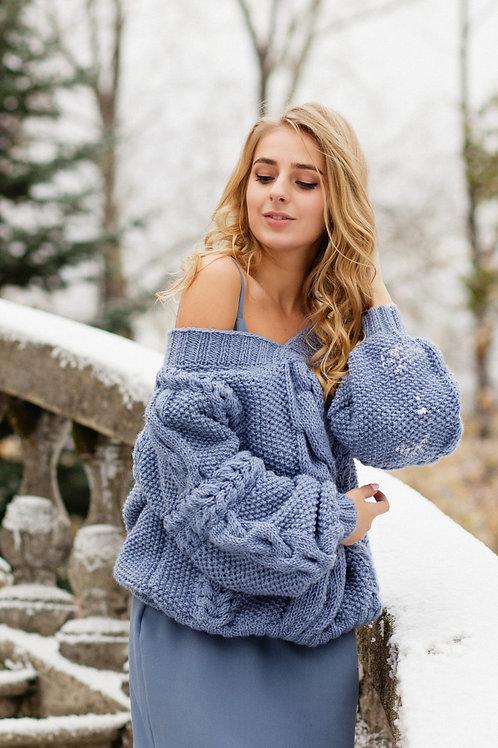 Объемный свитер ручной вязки
