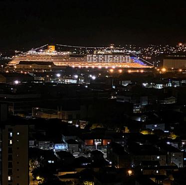 Tripulantes do navio Costa Fascinosa homenageiam a cidade de Santos, autoridades e profissionais
