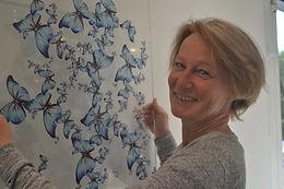 Gros plan moi + papillons bleus.JPG
