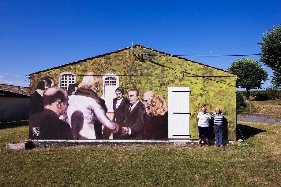 L'Inauguration - fresque réalisée à partir d'échanges avec les habitantsde Lignières-Sonneville. Elle relate l'inauguration du centre social par Mme Claude Pompidou le 10 novembre 1976, grand moment dans l'histoire de la commune.