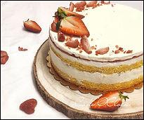 Bela čokoladna torta z jagodami, jagodna torta, beli mouse torta, cake o clock, urška peče