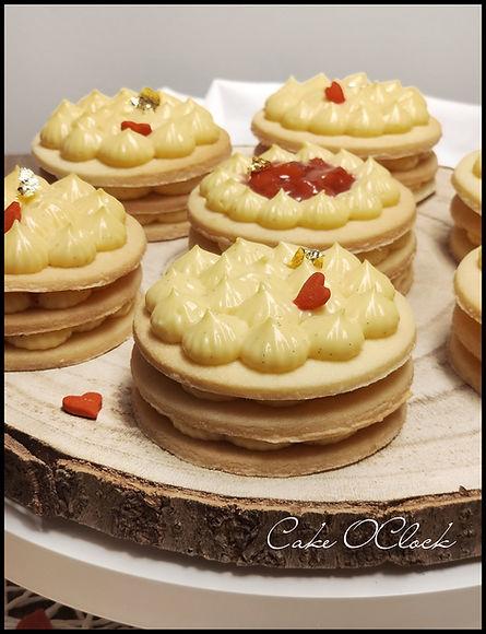 krhke vaniljeve tortice, vaniljeva krema, jagodne tortice, valentinove sladice, sladice za valentinovo, cake o clock, urška peče