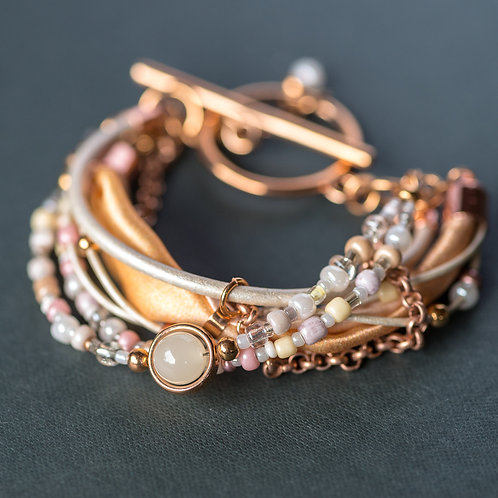 Lachsfarbenes Armband in Rosegold