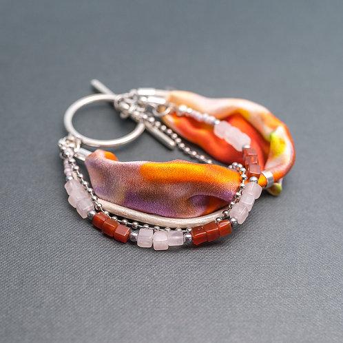 Armband  mit Edelsteinen und Seide
