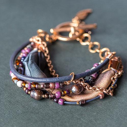 Armband mit Perlen, Leder und Seide