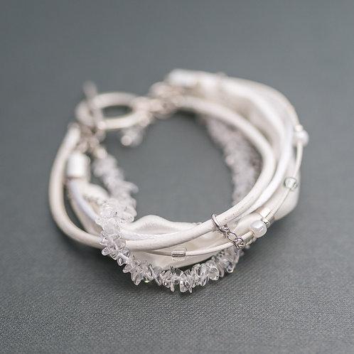 Armband mit Bergkristall, Seide und Leder