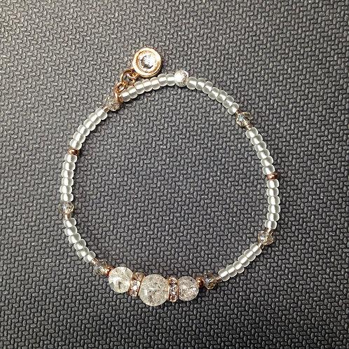 Weißes rosegoldenes Armband mit Bergkristallen