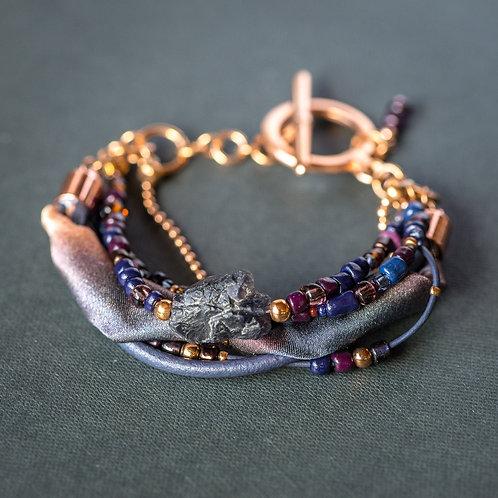 Armband mit Edelstein Iolith, Leder und Seide
