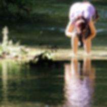 Susanne Weiss beim Fotografieren des Wassers
