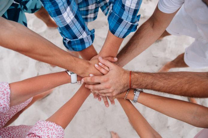 gens-joignent-mains-ensemble-groupe-amis