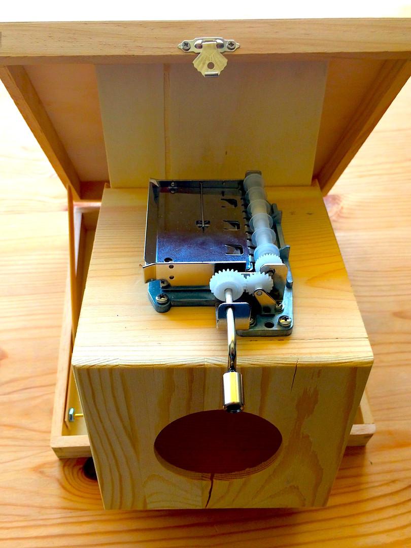 Hand crank music box