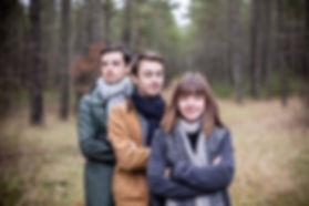 Une séance photo portrait de famille qui s'est déroulée à la Puncho-d'Agast sur les hauts de millau en Aveyron avec Nina et ses deux frères Romain et Enzo
