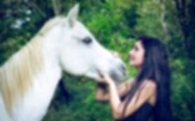 Une séance photo portrait qui s'est déroulée à Saint-Georges-de-Luzençon en Aveyron avec Emilie et son cheval Hanska