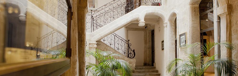 L'escalier majestueux de l'Hôtel Magnol