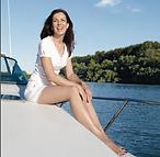 sentada en barco.png